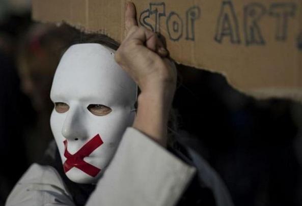 اتحادیه اروپا: فرانسه حق فعالیت آزادانه رسانهها را محترم بداند