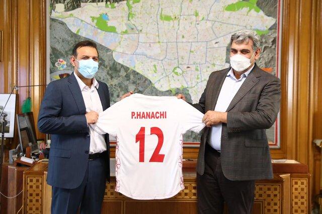 پیراهن شماره ۱۲ تیم ملی فوتبال به شهردار تهران اهدا شد