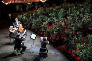 اجرای اپرای بارسلونا، برای سالنی پر از گل و گیاه