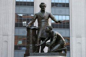 برچیدن تندیس «آزادی بردگان» در امریکا