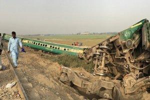خروج قطار مسافربری از ریل در پاکستان کشته داد