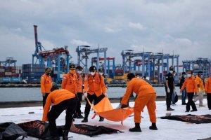 بیرون کشیدن اجساد و لاشه هواپیمای اندونزی از دریا