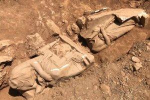 مجسمههای تاریخی در قبری در یونان کشف شد
